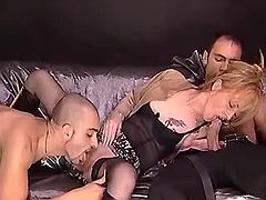 Slut lets guy lick her pussy in FMM